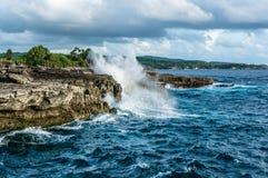 Ondas grandes que quebram e que espirram nas rochas Fotografia de Stock