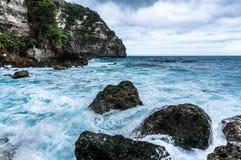 Ondas grandes que quebram e que espirram nas rochas Imagens de Stock