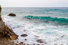 Ondas grandes que quebram na costa Ondas com espuma do mar Imagens de Stock