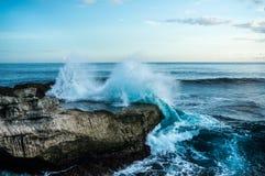 Ondas grandes que se rompen y que salpican en las rocas Fotos de archivo libres de regalías