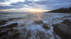 Ondas hermosas de la puesta del sol y del mar Fotos de archivo libres de regalías