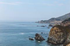 Ondas hermosas que se estrellan en la costa de Monterey, California fotografía de archivo