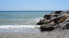 Ondas lavadas en tierra en la playa almacen de video