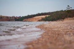 Ondas a lo largo de la playa del lago  Fotos de archivo libres de regalías