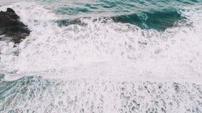 Ondas longas do mar de turquesa e muita espuma, vista do zangão, animais selvagens filme