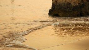 Ondas macias do mar que apressam-se no por do sol Imagens de Stock