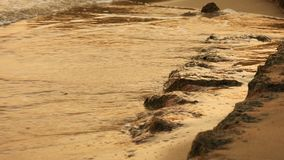 Ondas macias do mar que apressam-se no por do sol Foto de Stock Royalty Free