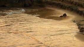 Ondas macias do mar que apressam-se no por do sol Fotografia de Stock Royalty Free