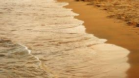 Ondas macias do mar que apressam-se no por do sol Fotos de Stock Royalty Free