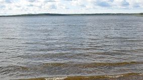 Ondas na água do lago video estoque