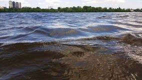 Ondas na água e nas nuvens macias no céu Kiev, Ucr?nia vídeos de arquivo