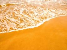 Ondas na areia dourada Imagens de Stock Royalty Free