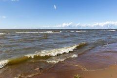 Ondas na costa, a água ao horizonte Foto de Stock Royalty Free