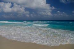 Ondas na costa do mar das caraíbas Fotografia de Stock Royalty Free