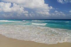 Ondas na costa do mar das caraíbas Imagem de Stock