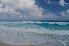 Ondas na costa do mar das caraíbas Imagens de Stock Royalty Free