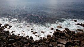Ondas na costa rochosa imagens de stock