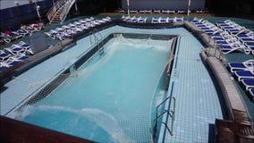 Ondas na piscina video estoque