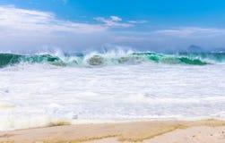 Ondas na praia de Copacabana em Rio de janeiro foto de stock royalty free
