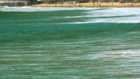 Ondas na praia de Nai Harn, Tailândia video estoque
