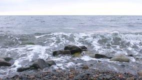 Ondas na praia de pedra vídeos de arquivo