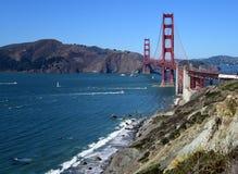 Ondas na praia por golden gate bridge fotografia de stock royalty free