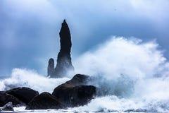 Ondas na praia preta de Reynisfjara em Islândia Fotografia de Stock