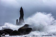 Ondas na praia preta de Reynisfjara em Islândia Imagens de Stock