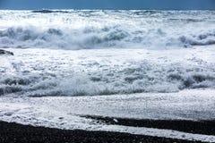 Ondas na praia preta de Reynisfjara em Islândia Fotografia de Stock Royalty Free