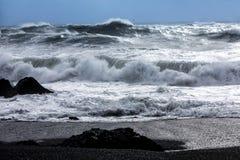 Ondas na praia preta de Reynisfjara em Islândia Imagem de Stock Royalty Free