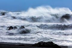 Ondas na praia preta de Reynisfjara em Islândia Foto de Stock