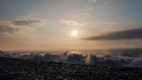 Ondas na praia rochosa Fotos de Stock