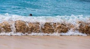 Ondas na ressaca de uma praia em Hava? foto de stock