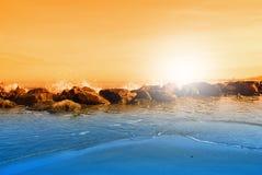 Ondas nas rochas fotografia de stock