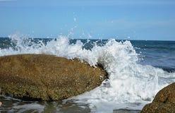 Ondas nas rochas Foto de Stock