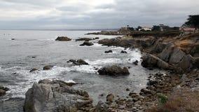 Ondas no céu de Rocky Beach Monterey California Overcast video estoque