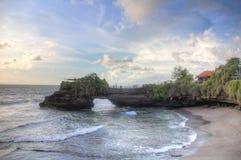 Ondas no dia ensolarado, Bali do lote de Tahah do templo e de oceano, Indonésia Foto de Stock