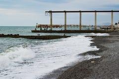 Ondas no mar e nos pescadores Fotos de Stock