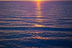 Ondas no mar no nascer do sol imagens de stock