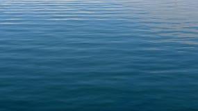 Ondas no oceano azul imagem de stock