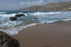 Ondas no Sandy Beach de Palaiochora, Creta, Grécia Foto de Stock Royalty Free