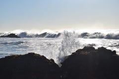 ondas pacíficas de 20ft que deixam de funcionar contra California& x27; estrada 1 de s Fotos de Stock Royalty Free