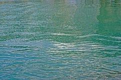 Ondas pequenas causadas pelo vento no porto de Formia Itália Fotos de Stock Royalty Free