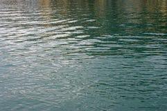 Ondas pequenas causadas pelo vento no porto de Formia Itália Fotos de Stock