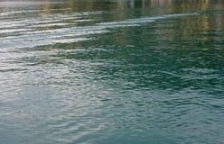 Ondas pequenas causadas pelos barcos de pesca no porto de Formia Fotos de Stock