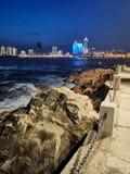 Ondas pequenas do parque de Qingdao e cenário distante da noite da cidade fotos de stock royalty free