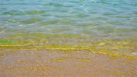Ondas pequenas em um mar calmo com água bonita e clara de turquesa vídeos de arquivo