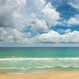 Ondas pitorescas no oceano, areia amarela foto de stock royalty free