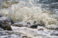Ondas poderosas do mar que espuma, quebrando contra a costa rochosa foto de stock royalty free