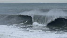 Ondas poderosas que quebram na linha costeira filme